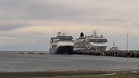 Puerto Madryn. Naast een Norwegian Starschip.