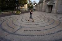 Na een lange, hete dag vindt Meta nog de energie om een labyrint te lopen