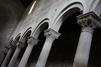 De enige frivoliteit in de San Maria Nuovo zijn de kapitelen