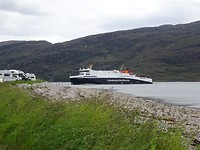 De ferry komt aan vanaf het eiland Lewis