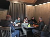 Gezellig eten in de openbare ruimte met t gezin wat dezelfde reis maakt