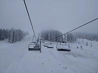 skilift met mist