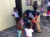 """Mbuleli met een paar kids uit het """"House of joy"""""""