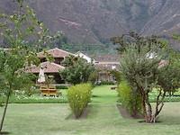 Vanuit de grote tuin met hotel op achtergrond