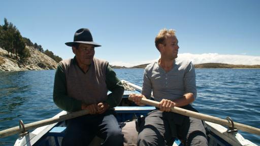 Jop en Don Valentin roeien naar Challapampa, Isla del Sol