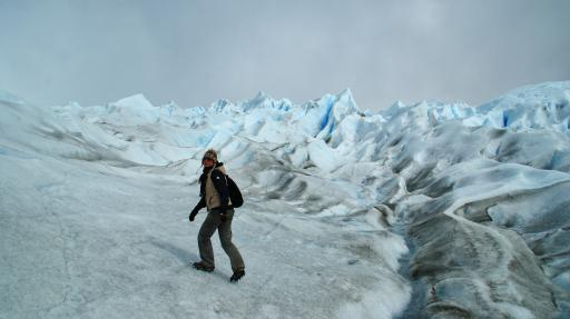met stijgijzers onder de gletsjer op