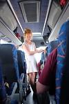 Renske geeft info in de bus