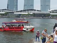 Ducktours is een amfibievoertuig door Singapore