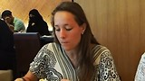 Marit eet soep, let ook op hoe je met een burka moet eten
