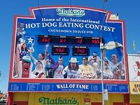 Ieder jaar op 4 juli: Wedstrijd wie de meeste hot dogs kan eten (Coney Island)