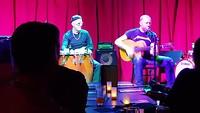Cover band (duo) in Club Bonafide speelt werk van Pink Floyd.