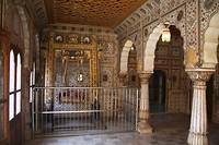 Binnen is het goud en edelstenen (en spiegeltjes) schommel van Shiva