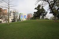 Het park van pas op waar je gaat zitten, midden tussen de meerbaans wegen
