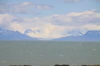 Het meer met de bergen op de achtergrond