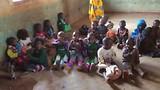 De peuters van Samalani zingen een liedje.