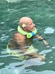 Opa voorzien van safety voorzieningen in het zwembad