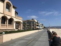 Fietspad langs oneindige strand