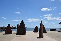 kunstwerk met de Cunningham Pier op de achtergrond