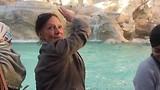 Frie gooit een centje in Trevi fontein