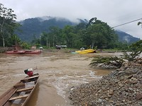 De rivier oversteken met de kano. De veerpont lag vast op de kant