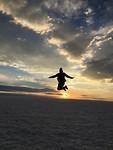 Actiefoto bij zonsondergang op de zoutvlaktes