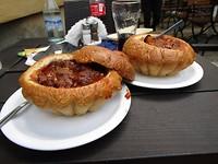 Goulash soep vanuit een broodbowl