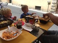 En nen echten Italiaan eet spaghetti. De mannen moeten zich nog wat aanpassen.