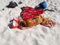 zoek slapende Saar op het strand:)