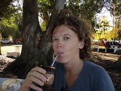 Mate drinken zoals het hoort: met vrienden aan de picknicktafel