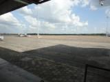Uitzicht vanuit de vertrekhal op de landingsbaan