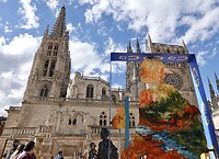 In kader v Jacobsjaar 2021 vele Jacobsbeelden op plein voor de Katedraal