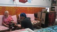 Gezelligheid in het hostel met een geweldige vrouw die een national park beheerd in Sumatra