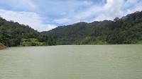 Groot meer in de bergen