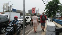 Lopen door de smerige stad Jakarta