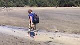 Blootvoets over het strand