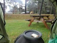 Met ontbijt op mijn knie mijn uitkijk vanuit de tent