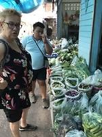 Dag 10: Kok Tom laat ons groenten op de markt zien