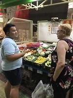 Dag 10: Kok Tom legt aan Yvon uit welke groente gebruikt wordt.