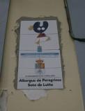 Het ingemetselde logo voor de Albergue