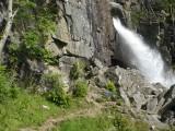 Eng pad naar de waterval