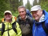 De drie wandelzwagers met regenkleding