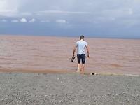 even schoentjes wassen in het meer dat vies lijkt maar heel schoon is