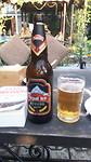 Biertje in tuin van het hotel