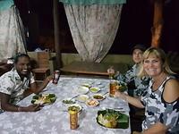 Sarath neemt ons mee eten bij iemand thuis. Hier komen alleen chauffeurs. 😊
