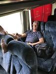 """Frans in de relaxmodus in onze """"luxe"""" comfortabele bus"""