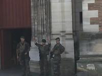 Zwaar bewapende militairen voor de Kathedraal