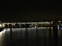 Zicht op de voetgangersbrug over de Maas vanaf de St. Servaesbrug