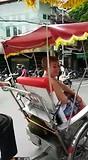 Met de riksja door de stad Hanoi