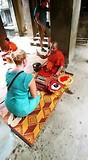 Irma ontvangt een rood bandje voor geluk
