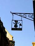 De Elzaser Kap, klederdracht vd streek gevangen in een uithangbord